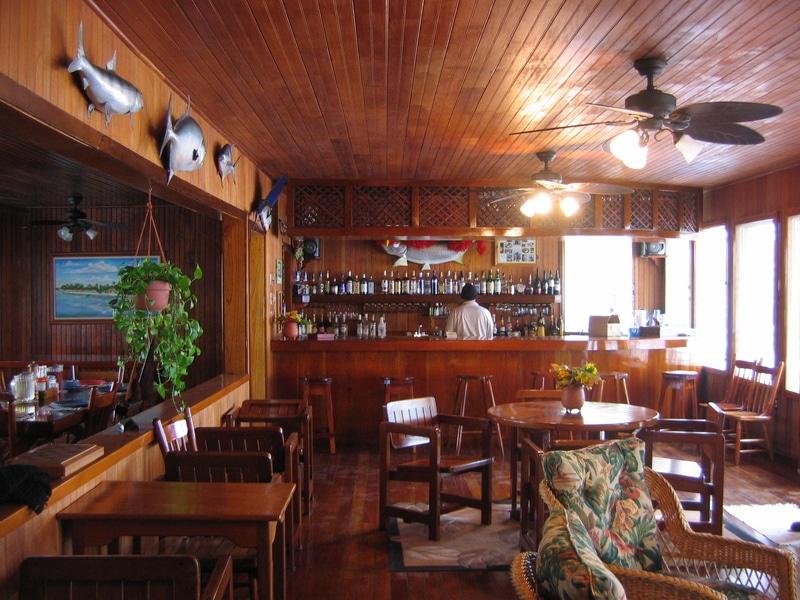 Le salon et le bar du Turneffe Island Lodge