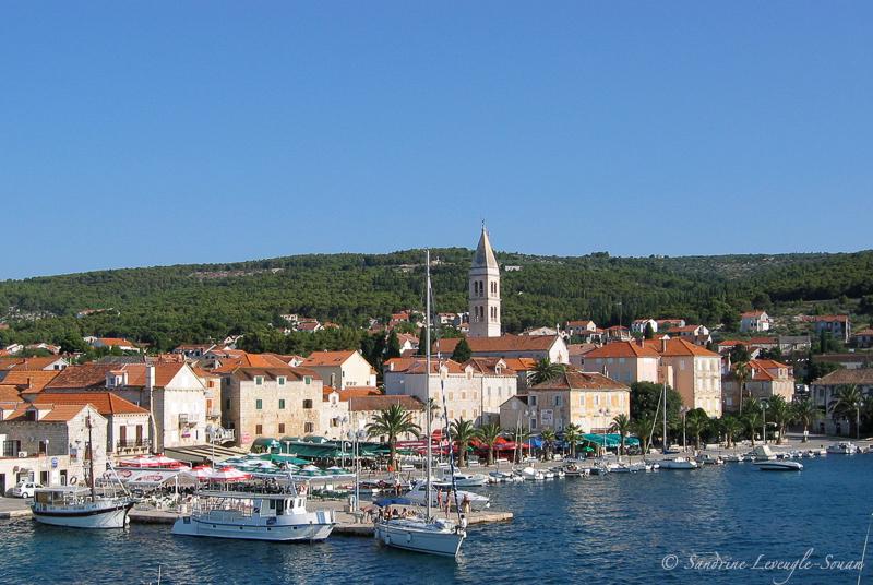 Le port de Bol sur l'île de Hvar en Croatie