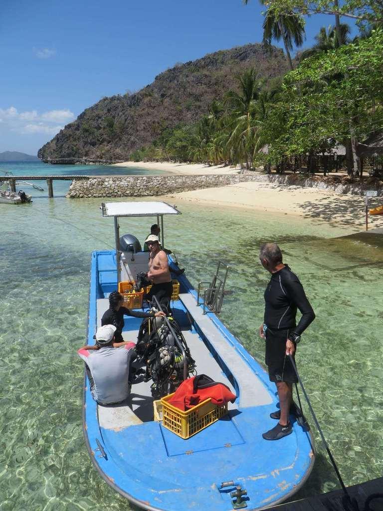 Le départ en bateau depuis la plage du Sangat Island Dive Resort.